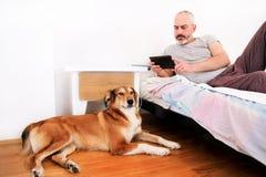 Homem com cães em casa Fotografia de Stock Royalty Free