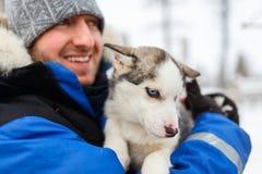 Homem com cachorrinho ronco imagem de stock royalty free