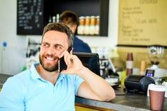 Homem com café da ordem do smartphone Conceito da ruptura de café Deixa a reunião no café Barista móvel do café da conversação do fotos de stock royalty free