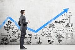 Homem com café e um gráfico azul Imagem de Stock