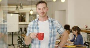 Homem com café no escritório vídeos de arquivo