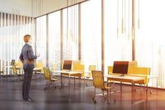 Homem com café no escritório panorâmico do espaço aberto imagens de stock