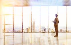 Homem com café no escritório vazio de New York Fotos de Stock