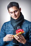 Homem com caixa de presente do Natal Imagem de Stock