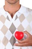 Homem com caixa heart-shaped fotografia de stock