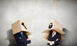 Homem com a caixa na cabeça Fotos de Stock Royalty Free