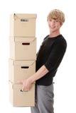 Homem com caixas empilhadas imagem de stock