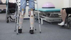 Homem com caminhadas protéticas dos pés video estoque