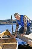 Homem com canoa Fotos de Stock Royalty Free