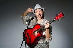 Homem com canto da guitarra Imagens de Stock Royalty Free