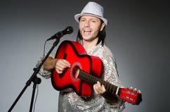 Homem com canto da guitarra Fotos de Stock Royalty Free