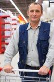 Homem com carro de compra Fotos de Stock Royalty Free