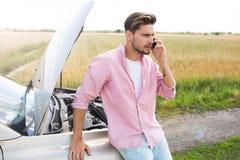 Homem com carro dividido foto de stock royalty free
