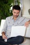 Homem com cartão de crédito imagem de stock
