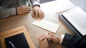Homem com carta de demissão para parado um trabalho ao gerente dos recursos humanos imagens de stock royalty free