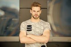 Homem com a cerda na cara séria na camisa elegante, fundo urbano Conceito da forma O modelo veste à moda fotos de stock