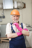 Homem com a chave de fenda no capacete Fotos de Stock