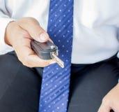 Homem com chave do carro imagem de stock
