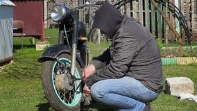 Homem com a chave perto das motocicletas velhas video estoque