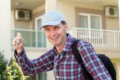 Homem com chaves fotografia de stock royalty free
