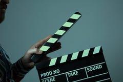 Homem com cinema do clapperboard Foto de Stock Royalty Free