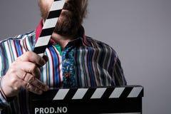 Homem com cinema do clapperboard Fotos de Stock