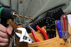 Homem com a correia da broca e da ferramenta Fotografia de Stock Royalty Free