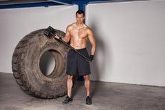 Homem com crossfit do pneu e do martelo Foto de Stock Royalty Free