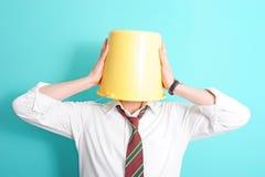 Homem com a cubeta em sua cabeça imagem de stock