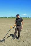 Homem com detector de metais Fotografia de Stock