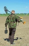 Homem com detector de metais Imagens de Stock