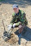 Homem com detector de metais Imagens de Stock Royalty Free