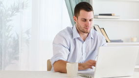Homem com dever do oncall que bebe um café video estoque