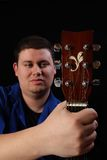 Homem com direita da guitarra imagens de stock royalty free