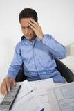 Homem com dor de cabeça financeira fotos de stock