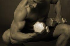 Homem com dumbells Imagens de Stock Royalty Free