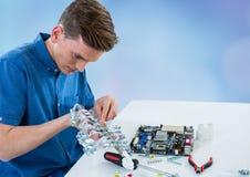 Homem com eletrônica contra o fundo obscuro azul imagens de stock