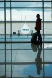 Homem com embarque de espera da trouxa do curso no avião Fotografia de Stock