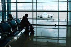 Homem com embarque de espera da trouxa do curso no avião Foto de Stock