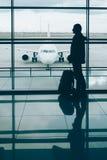 Homem com embarque de espera da trouxa do curso no avião Imagem de Stock