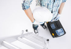 Homem com escada, capacete e conjunto de ferramentas Fotografia de Stock