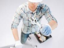 Homem com escada, conjunto de ferramentas e chave inglesa Imagens de Stock