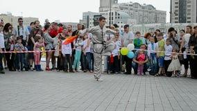 Homem com espada, exposição 2014 dos esportes, Kiev, Ucrânia, filme