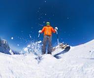 Homem com esqui da máscara de esqui na opinião da ação de baixo de Imagem de Stock Royalty Free