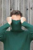 Homem com a face da coberta do turtleneck foto de stock royalty free