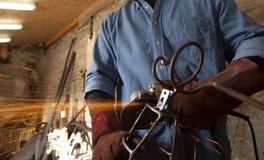 Homem com a ferramenta da soldadura Imagem de Stock Royalty Free