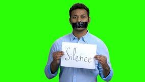 Homem com a fita preta sobre a boca video estoque