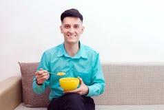 Homem com flocos de milho fotografia de stock