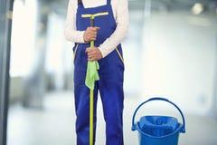 Homem com fontes de limpeza na construção foto de stock royalty free