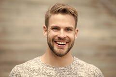 Homem com fundo defocused da cara não barbeado brilhante perfeita do sorriso Expressão emocional feliz do indivíduo fora bearded fotografia de stock